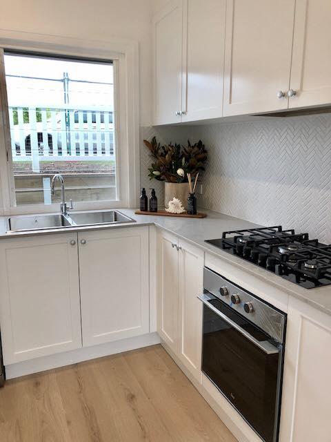 New Kitchen With Modern Textured Splashback – Builders Illawarra